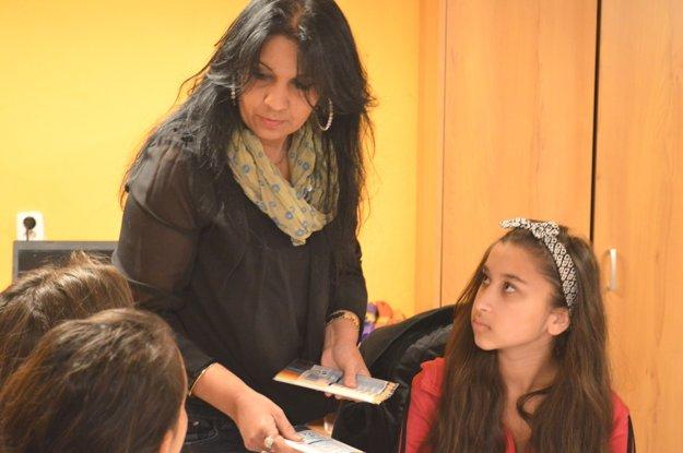 Gabriela Gáborová venuje veľa času práci s miestnymi deťmi.