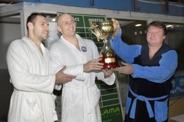 S trofejou. Držia ju prezident Akademika Ľubomír Grega (vpravo) a kapitán Alexander Nagy.
