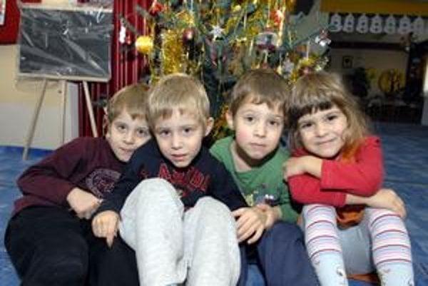 Vianočný darček. Štyria anjelici sú pre ich rodičov určite najväčší dar (zľava Kubko, Branko, Maťko, Zuzka).