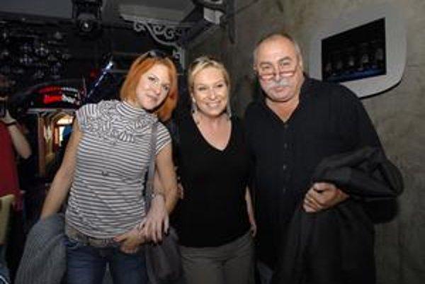 Andy Hryc s herečkou Kristínou Farkašovou a dcérou Vandou(v strede).