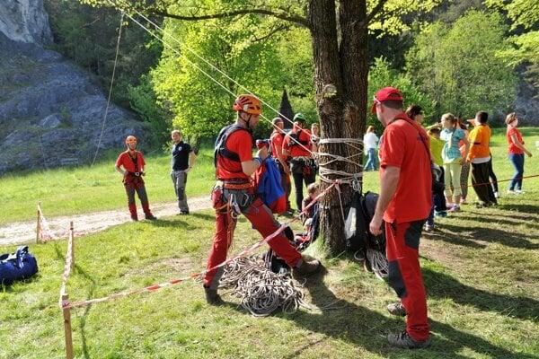 Študenti môžu pomáhať napríklad ako dobrovoľníci Horskej služby.