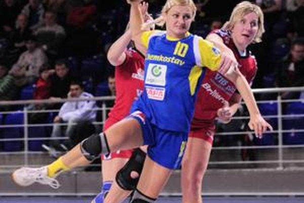 Krutá prehra. Spojka A. Polláková (s loptou) sa prezentovala šiestimi gólmi.