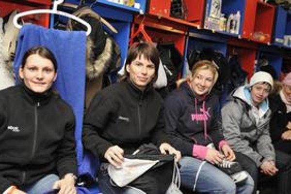 Slovenské hokejistky čaká vo Vancouveri olympijská premiéra. Štvrtá zľava Petra Jurčová.