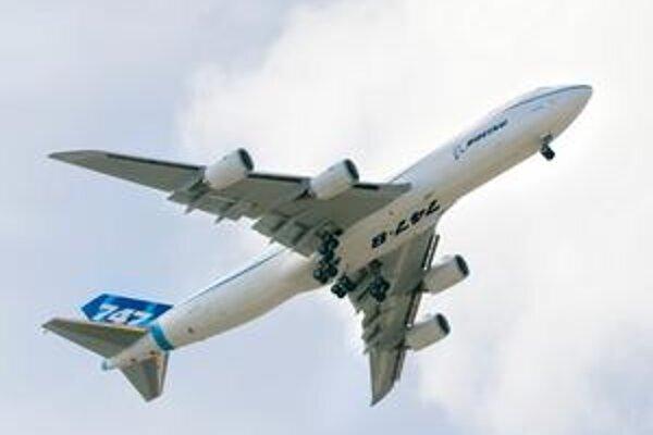 Prvý vzlet lietadla B747-8F. Nákladná verzia lietadla Boeing 747-8 prepraví až 140 ton nákladu.