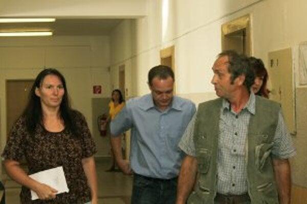 Svedkovia prichádzajú na súd vypovedať v prípade tragického výbuchu vo VOP NOváky v roku 2007.