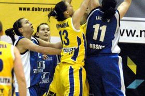 Súboj pod košom. Lucia Kupčíková sa derie o loptu s Láskovou z BSS.