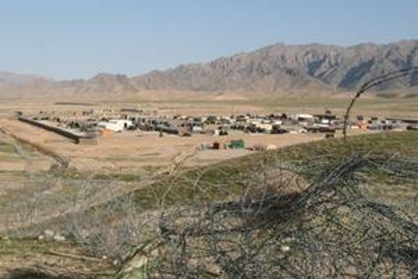 Základňa vojakov. Celkový pohľad na Camp Hadrián v Deh Rawoode.