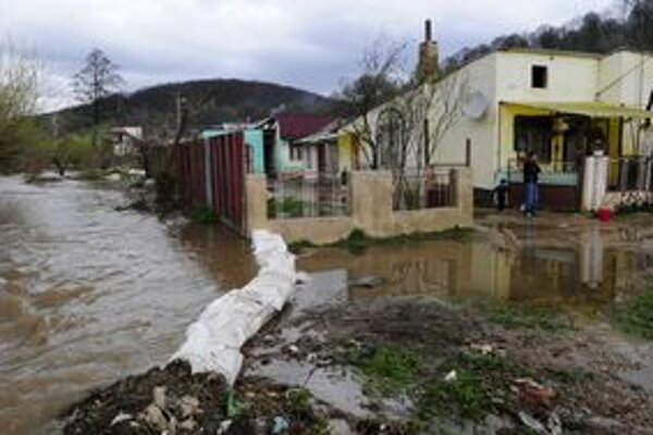 Počas týždňa bola zlá situácia najmä na rieke Bodva. Tá zaplavila obydlia a záhrady, škody rátali aj v Jasove (na snímke).