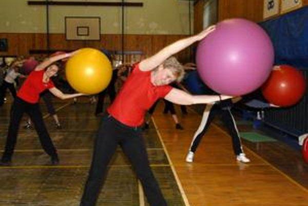Fitball sa orientuje najmä na ľudí s nadváhou, sedavým zamestnaním a problémovou chrbticou a kĺbmi.