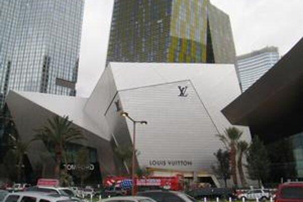 Obchodné a zábavné centrum The Crystals. Toto centrum nezvyčajných hranatých tvarov navrhol renomovaný architekt Daniel Libeskind.