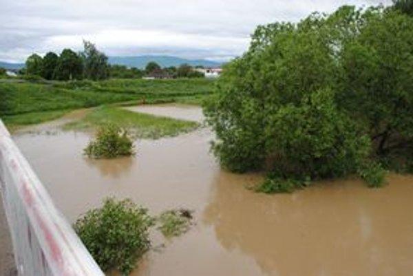 Rieka Ondava sa už začína vylievať, momentálne je najväčším nebezpečím pre región Zemplína.