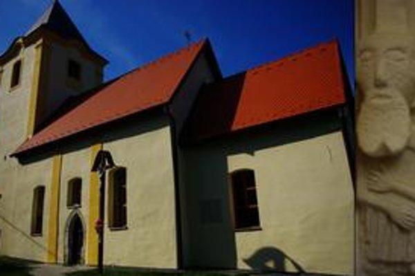 Kostol v Miklušovciach. Pohľad od juhovýchodu a figurálna konzola.