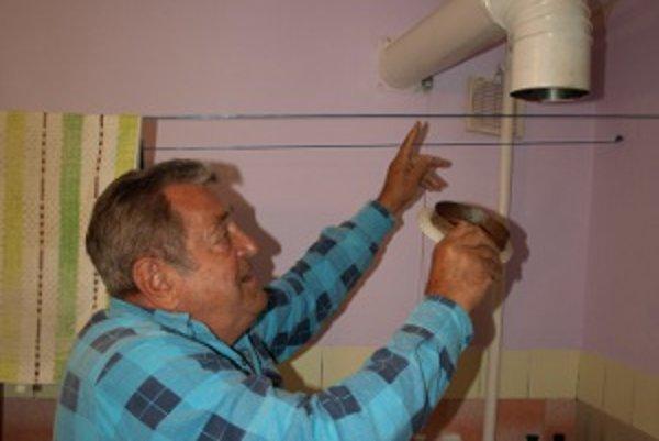 Ladislav Beňadik si musel svojpomocne nainštalovať v kúpeľni odvetrávanie.