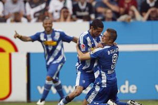Radosť. Po tom, čo Stanislav Šesták (vpravo) prihral na jeden z gólov Azaouaghovi, si takto vzájomne blahoželali.