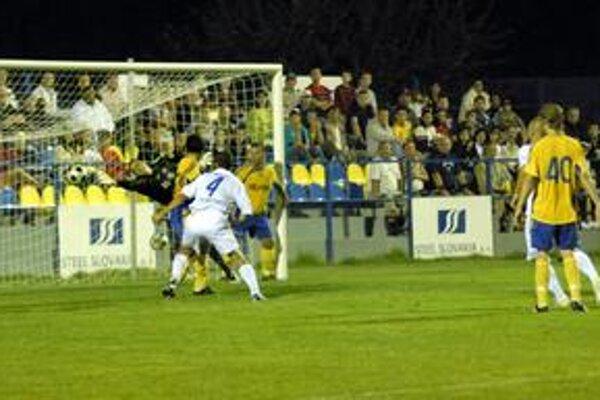Presný zásah. Darmo sa brankár košickej rezervy naťahuje, lopta končí v sieti. Zo zápasu Moldava - Košice B (2:1).
