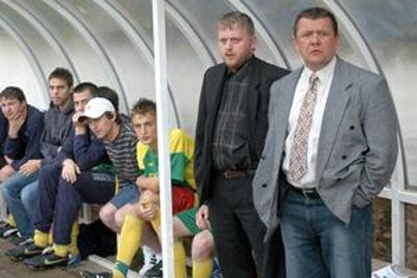 Tréner Sniny. Pavol Diňa (vpravo) verí, že aspoň jeden gól jeho tím strelí.