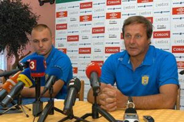 Pred zápasom. Trénerovi Jánovi Kozákovi (vpravo) i kapitánovi Petrovi Bašistovi nechýba odhodlanie.