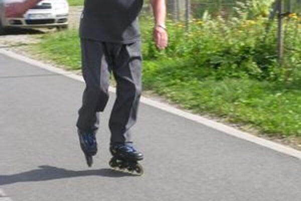 Už na prvý pohľad vidieť, že korčuľovanie prináša radosť aj vo vyššom veku.