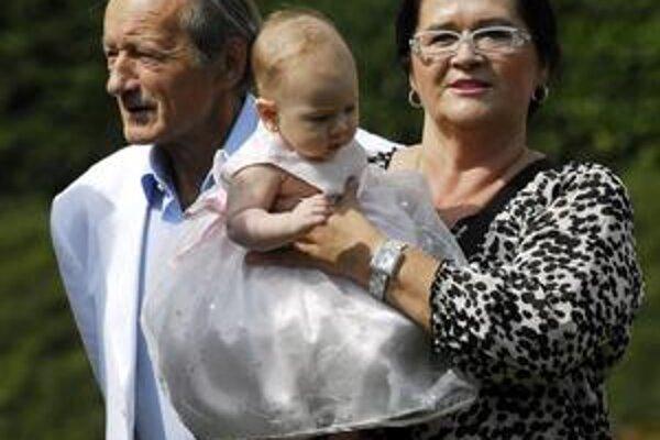 S manželom a vnučkou. Pre Hanku je rodina všetkým a po nakrúcaní sa mení na pani domácu.