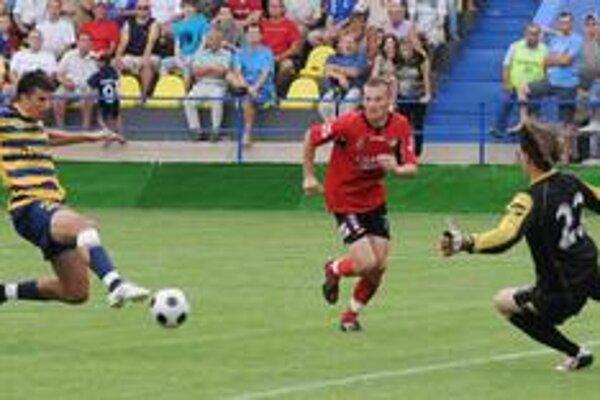 Historicky prvý gól. Prvý gól na novom štadióne v podaní D. Sninského (vľavo) napokon stačil iba na remízu 1:1.