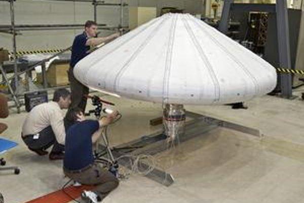 Nafukovací tepelný štít. Takéto ľahké štíty sa budú používať pri vysielaní sond na niektoré planéty.