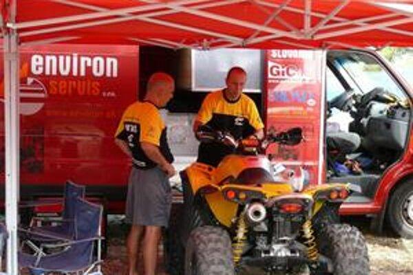 Comeback. Motorku vymenil Jaro Katriňák (vpravo) za štvorkolku, s ktorou po ôsmich mesiacoch po transplantácii opäť jazdí na pretekoch.