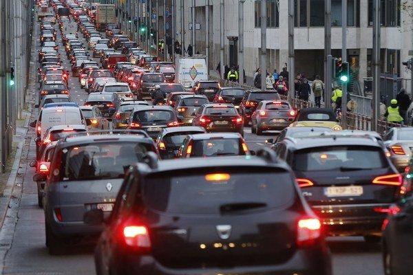 Hustá premávka v centre Bruselu 24. novembra 2015.