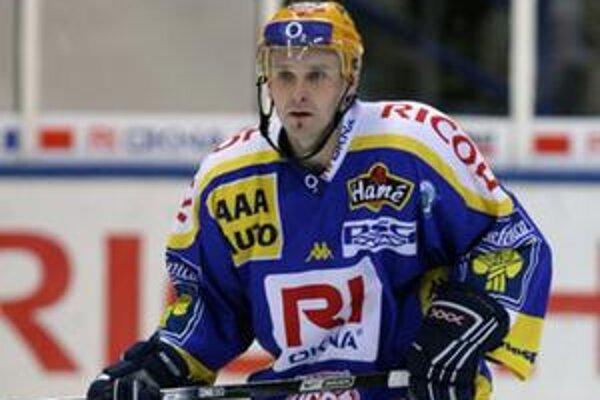 Z hosťovania zišlo. Obranca Lubomír Vosátko (na snímke ešte v drese Zlína) neposilnil majstrovský HC.