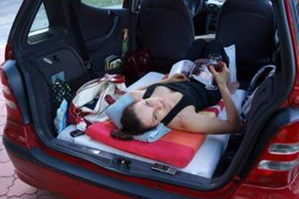 Opekačka poležiačky. Mishu po mesiaci ležania vytiahli na čerstvý vzduch. S rodinou opekala priparkovaná ležmo.