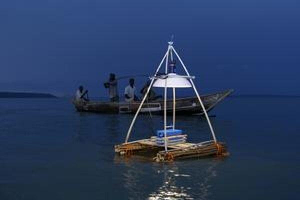 Nočné rybárčenie na Viktóriinom jazere. Nízkoenergetické lampy nahrádzajú doterajšie lampy na kerozín.