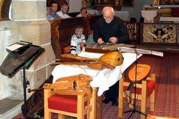 Keď dvaja muzikanti musia pred koncertom naladiť kopu nástrojov, zaberie to veru mnoho času.