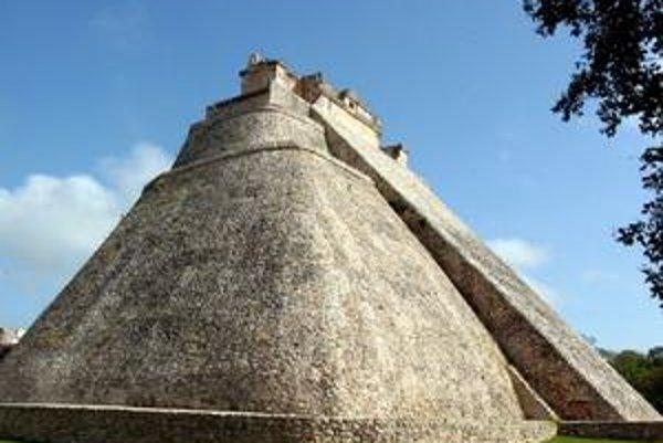 Pyramída veštca. Táto pyramída je unikátna svojím oválnym pôdorysom.