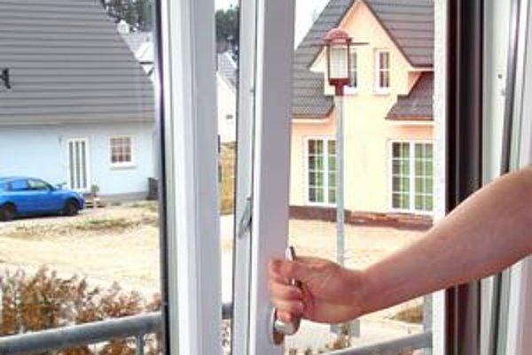 """Otvorenie na """"vetračku"""" nestačí. Ak máte plastové okná, vetrajte často a intenzívne."""