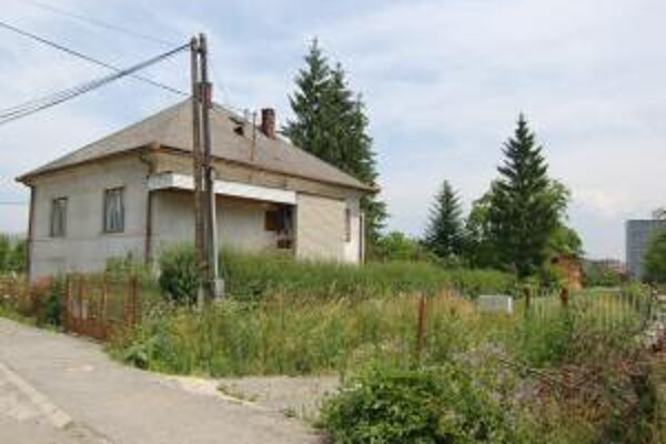 Rodina Drutarovských sa po rokoch boja so štátom o majetok sťahuje do novostavby (vpravo) pár metrov od svojho pôvodného domova (vľavo).
