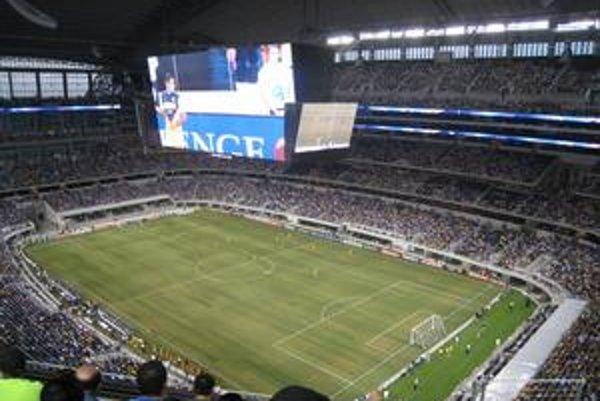"""Pohľad na hraciu plochu. Na štadióne možno hrať nie len americký futbal, ale aj """"náš"""" futbal."""