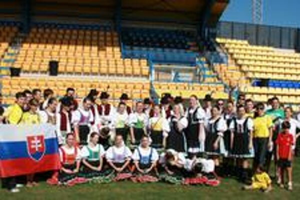 Folkloristi na štadióne. Tanečníci z folklórneho súboru Zemplín na štadióne FC Villarreal.