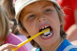 Správna technika čistenia zubov kombinuje stieravý pohyb s vodorovným. Predné zuby čistíme priložením kefky pod uhlom 45 stupňov stieravým pohybom z ďasna na zub.