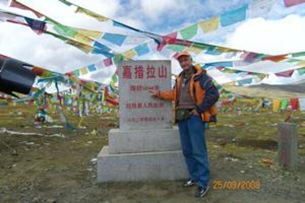 V tibetskom priesmyku. Fotografia vznikla v nadmorskej výške 5248 metrov.