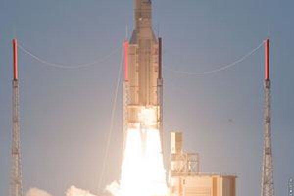 Štart nosiča Ariane 5. Nosič vyniesol do vesmíru naraz dve komunikačné družice, ktoré budú umiestnené na geostacionárnej dráhe.