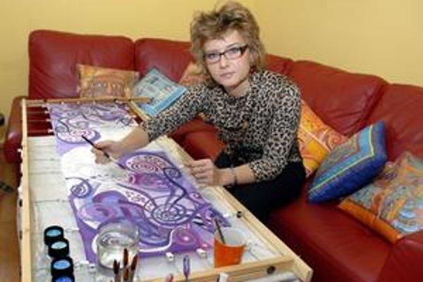 """""""Čistá"""" práca. Počas chladnejších dní sa Adriana doma zaoberá maľbou na hodváb."""