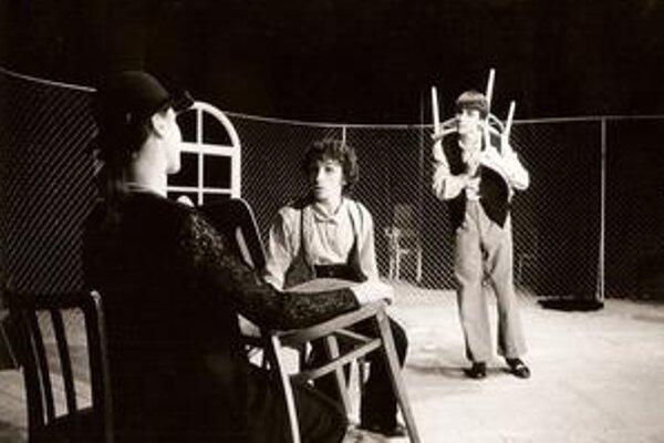 Predstavenie Plot. Prvá premiéra načrtla ďalšie smerovanie divadla. Zahrali si R. Kobezda, P. Szőllős a Z. Gígeľová.