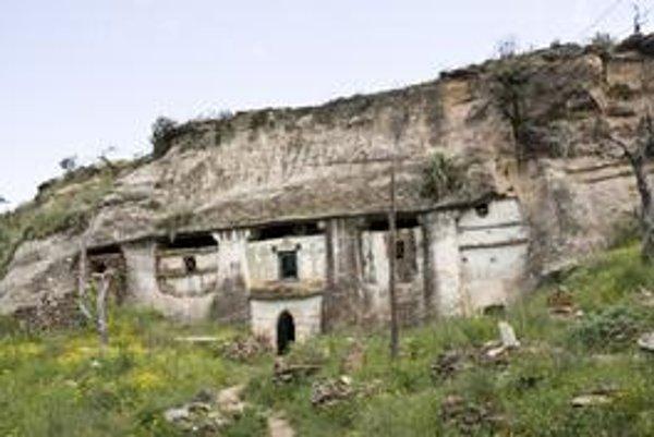 Stánok boží. Ranokresťanský chrám Medhame Alen Adi Kasho, nachádzajúci sa pri meste Wukro, bol ako mnoho iných vytesaný do skaly.