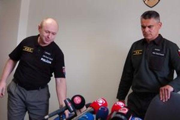 Riaditelia kriminálok. Vyriešený prípad vraždy odovzdali prešovskí kriminalisti (šéf Karol Korpáš vpravo) svojim košickým kolegom (Rudolf Pilarčík).