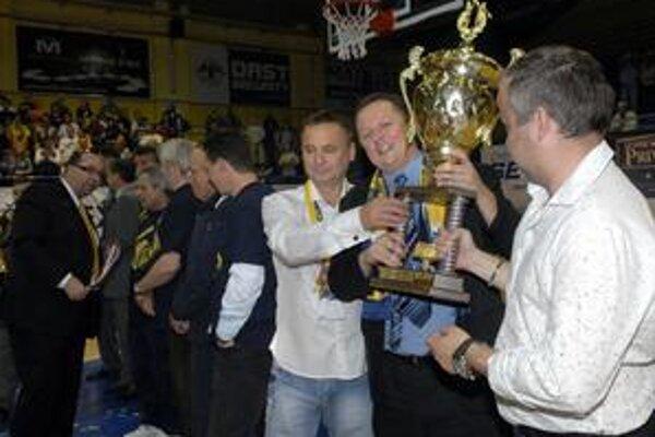 Šiestykrát s pohárom. Daniel Jendrichovský (v strede) už dobre vie, koľko váži majstrovská trofej.