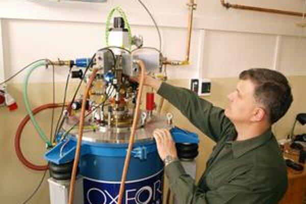 Minirozpúšťací refrigerátor. Pomocou tohto zariadenia študuje RNDr. S. Gabáni, CSc., vlastnosti látok pri veľmi nízkych teplotách.