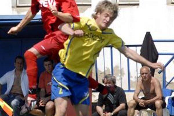 Hlavičkový súboj. Strelec vedúceho gólu Krásnej Estočin (vľavo) vyhral tento súboj s Bardejovčanom Hanuščákom.