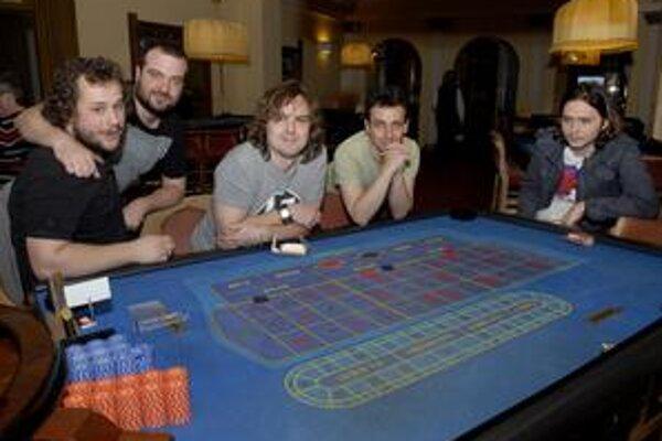 Pri hernom stole len pózovali. V skutočnosti hrajú excelentne na pódiu.
