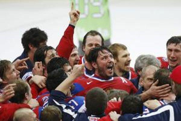 Hviezda šampionátu. Iľja Kovaľčuk (v strede) vo Švajčiarsku žiaril