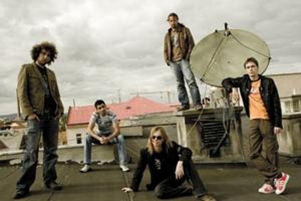 S kapelouMali vyraziť na východoslovenské turné v júni, no gitarista si zlomil nohu. Preložili to na jeseň.