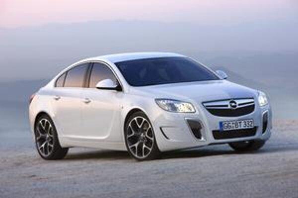 Opel Insignia OPC. Podtext: Vozidlo má modifikovanú prednú časť